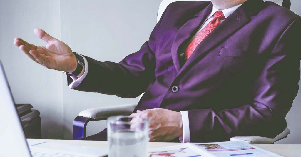 Dar Feedback con un traje lila siempre es un plus